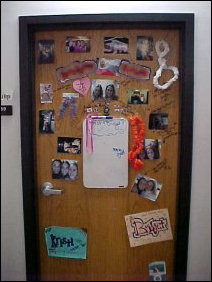 What can I say? Leis, photos, creative name-labels... plus notes scrawled upon the door. All in all, nice!